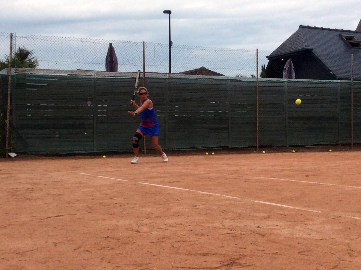 Anne-Frédérique en action sur les courts de tennis à Perros-Guirec