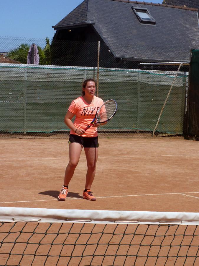 Une jeune femme suit un cours au tennis de Perros-Guirec