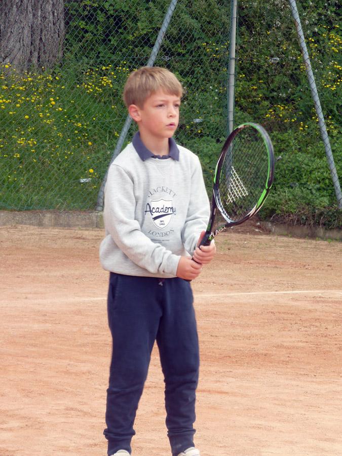 Jeune joueur sur les courts de tennis à Perros-Guirec