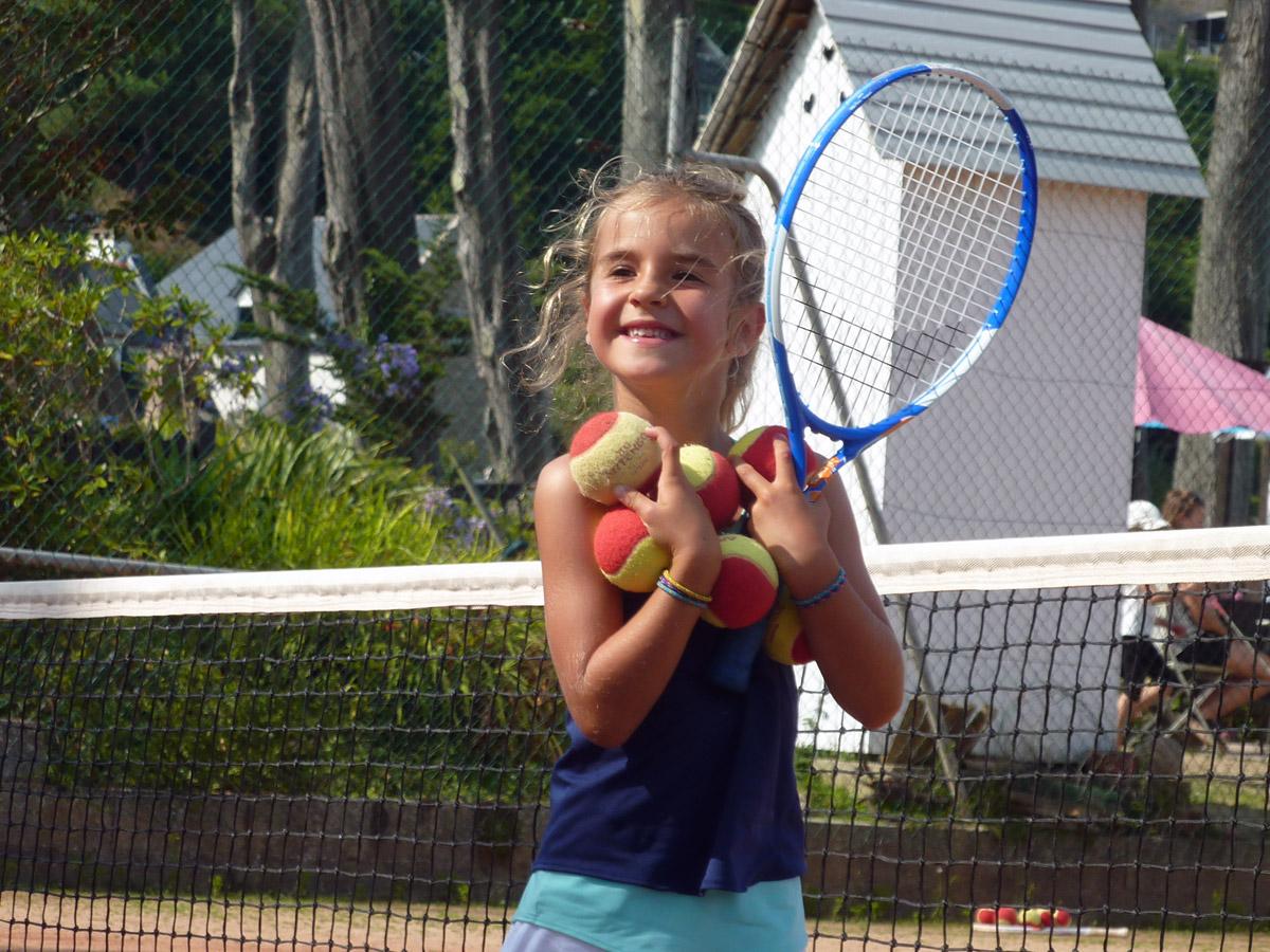 Petite fille sur les courts de tennis à Perros-Guirec