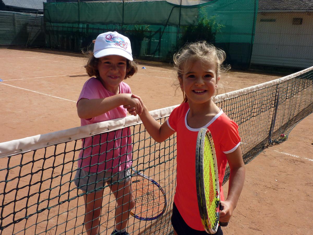 Deux petites filles sur les courts de tennis à Perros-Guirec